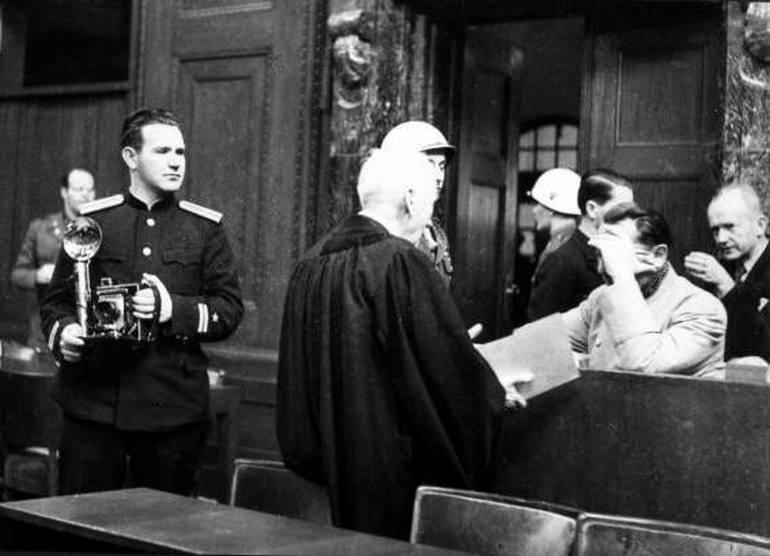 Фото: Евгений Халдей возле Германа Геринга на Нюрнбергском процессе//wikipedia.org