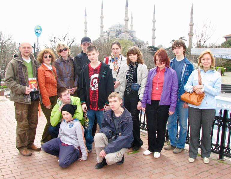 Со своим учителем ребята путешествуют по России, ближнему и дальнему зарубежью. В белорусском Бресте (вверху), в Стамбуле (внизу)