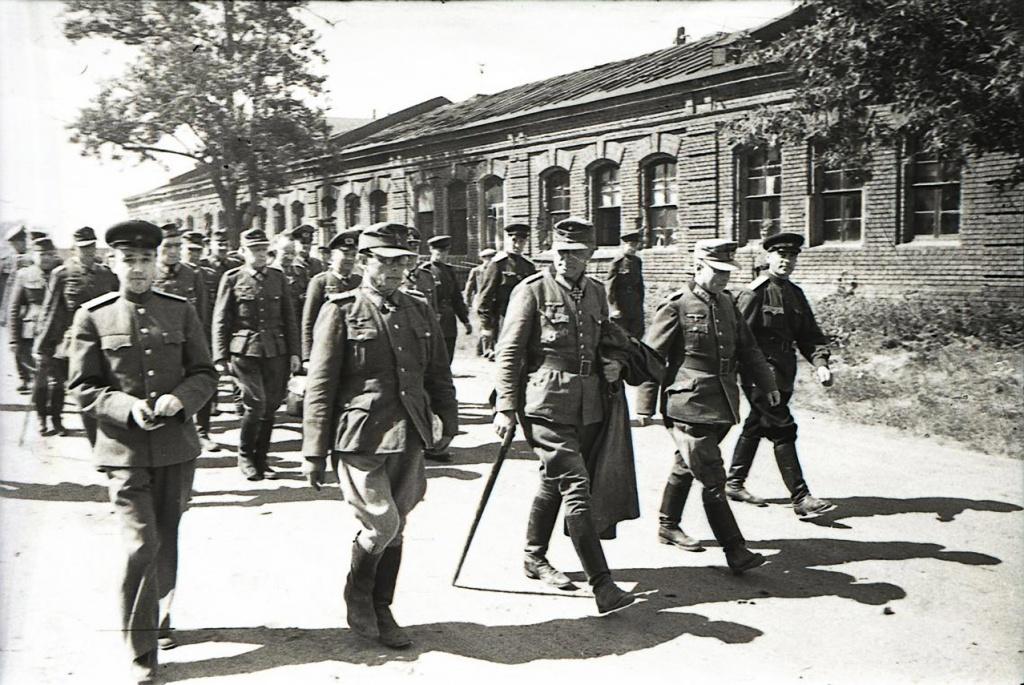 Марш пленных немцев по Москве, 17 июля 1944 г. Впереди многотысячных колонн вели группу из 19 генералов. Источник фото: http://waralbum.ru