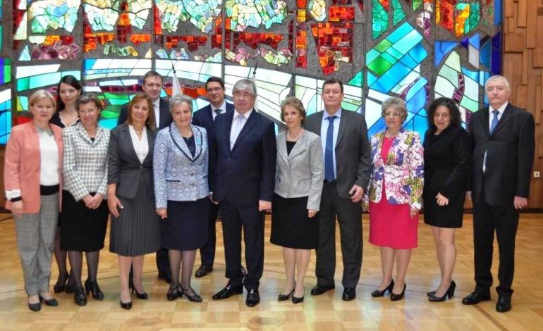 Стоянка Почеканска и другие участники церемонии награждения с российским послом в Болгарии А. Макаровым в российском посольстве