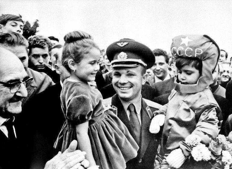 Юрий Гагарин во Франции, 1963 г. Фото:fishki.net### https://fishki.net/2956868-interesnye-i-redkie-fotografii.html/gallery-6567618/