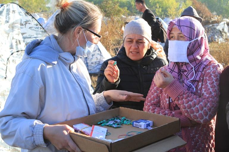 Елена Воробьёва раздаёт лекарства в лагере. Фото Людмилы Мельниченко
