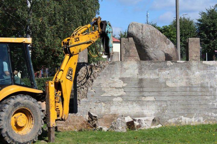 Латышские националисты снесли монумент советским морякам вЛимбажи