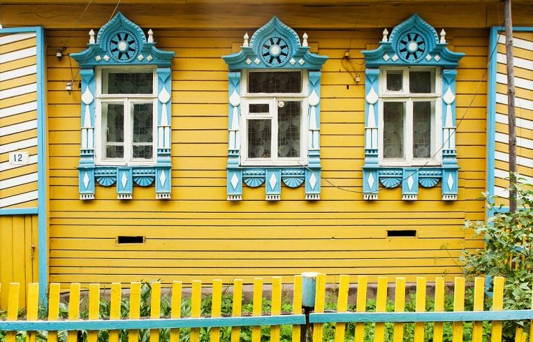 Поселок Борисоглебский Ярославской области. Такой дом с наличниками в виде кокошников в поселке всего один — вероятно, именно в нём жил резчик, так как обычно самая красивая и причудливая резьба встречается именно на домах мастеров. Фото: Иван Хафизов