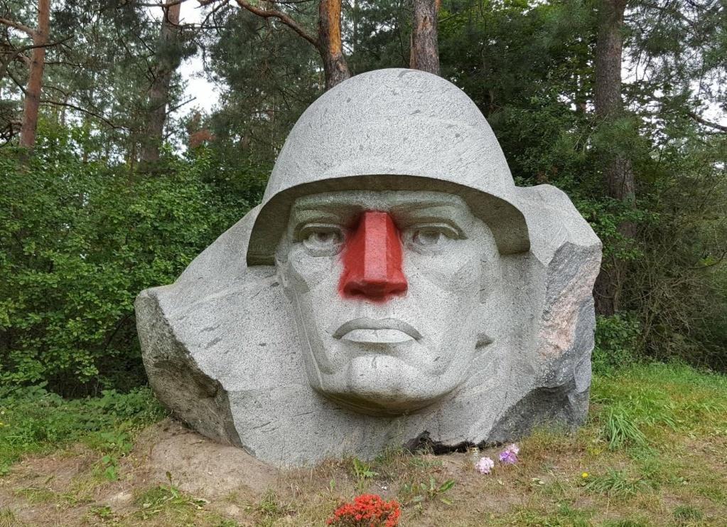 ВЛитве вандалы выкрасили вкрасный цвет нос наскульптуре советского воина