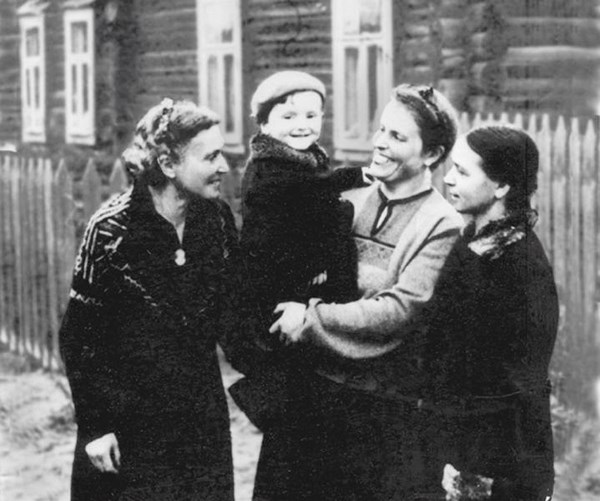 Brodsky with his family in evacuation; the photo was taken by the camera of his father who visited his family in Cherepovets / Photo provided by the author