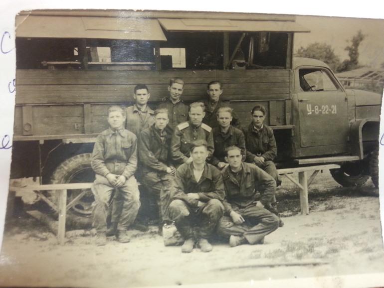 Бригада механиков у своего «студебекера» с полным сервисом на верху. Володя Слепнёв – крайний справа в третьем ряду, май 1945 г.