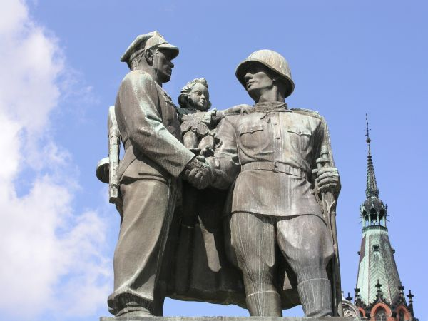 onument to Soviet and Polish soldier in Legnica. Picture legnica.net.ru