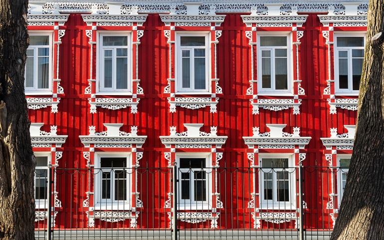 Вологда.  В этом здании находится государственное учреждение. Дом недавно отреставрирован, он один из немногих в городе украшен резьбой. Фото: Иван Хафизов