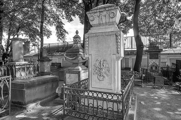 Памятник с крестом на просвет Семенов Ваза. Покостовский гранит Демидов