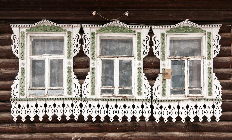 Фото 2. Ижевск. Оригинальные наличники, будто перевернутые вниз: местные жители утверждают, что чем больше на наличнике «капель»,  тем более это гостеприимный дом. Фото: Иван Хафизов