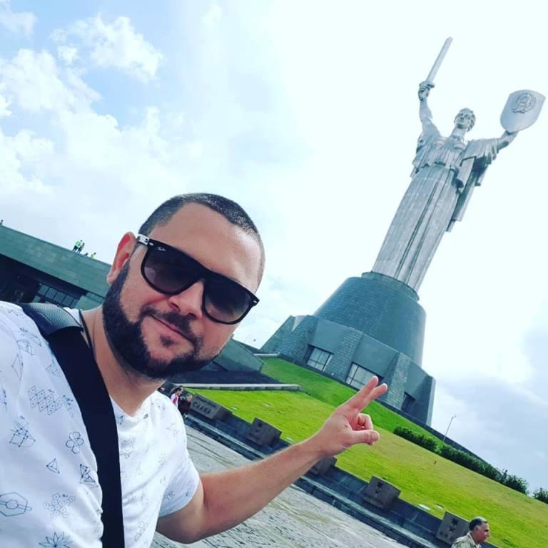 Е. Бакланов у монумента Родина-мать в Киеве
