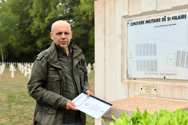 Игорь Егоров. На русском военном кладбище в Сент-Илер-ле-Гран, Франция.