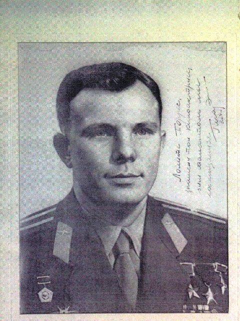 Фотография Юрия Гагарина с его подписью: «Лолите Торрес, знаменитой киноактрисе, чьим талантом мы восхищаемся. Юрий Гагарин. 9/II/1962».